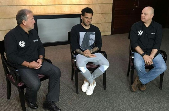 Em Barcelona, Zico visita o Camp Nou e se encontra com Daniel Alves