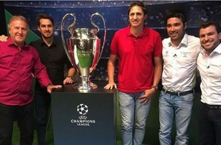 Zico grava programa ao lado da taça da UEFA Champions League
